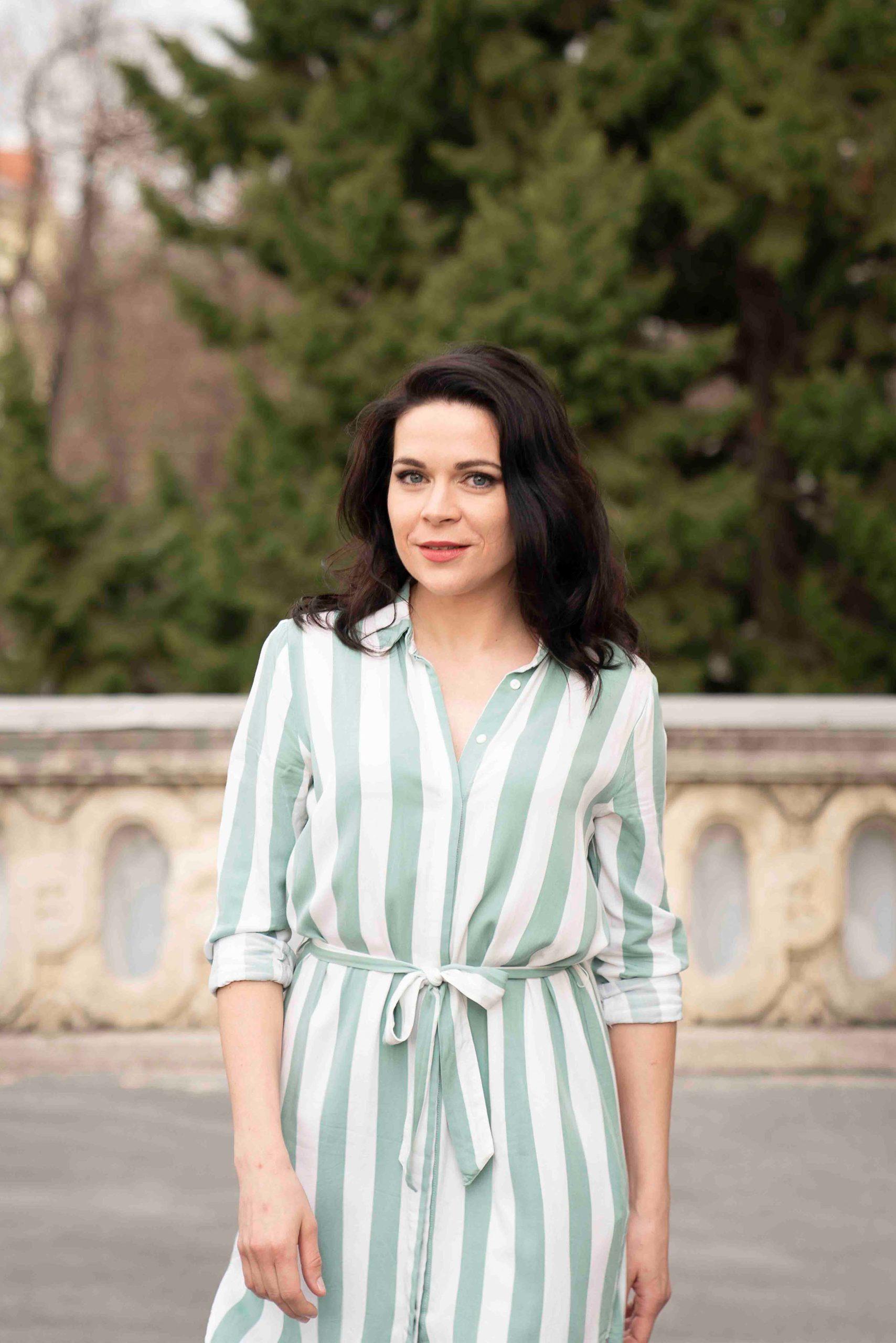 Sieglinde Feldhofer in grün gestreiftem Kleid bei Fotoshooting für die neue Website © Sara Sera