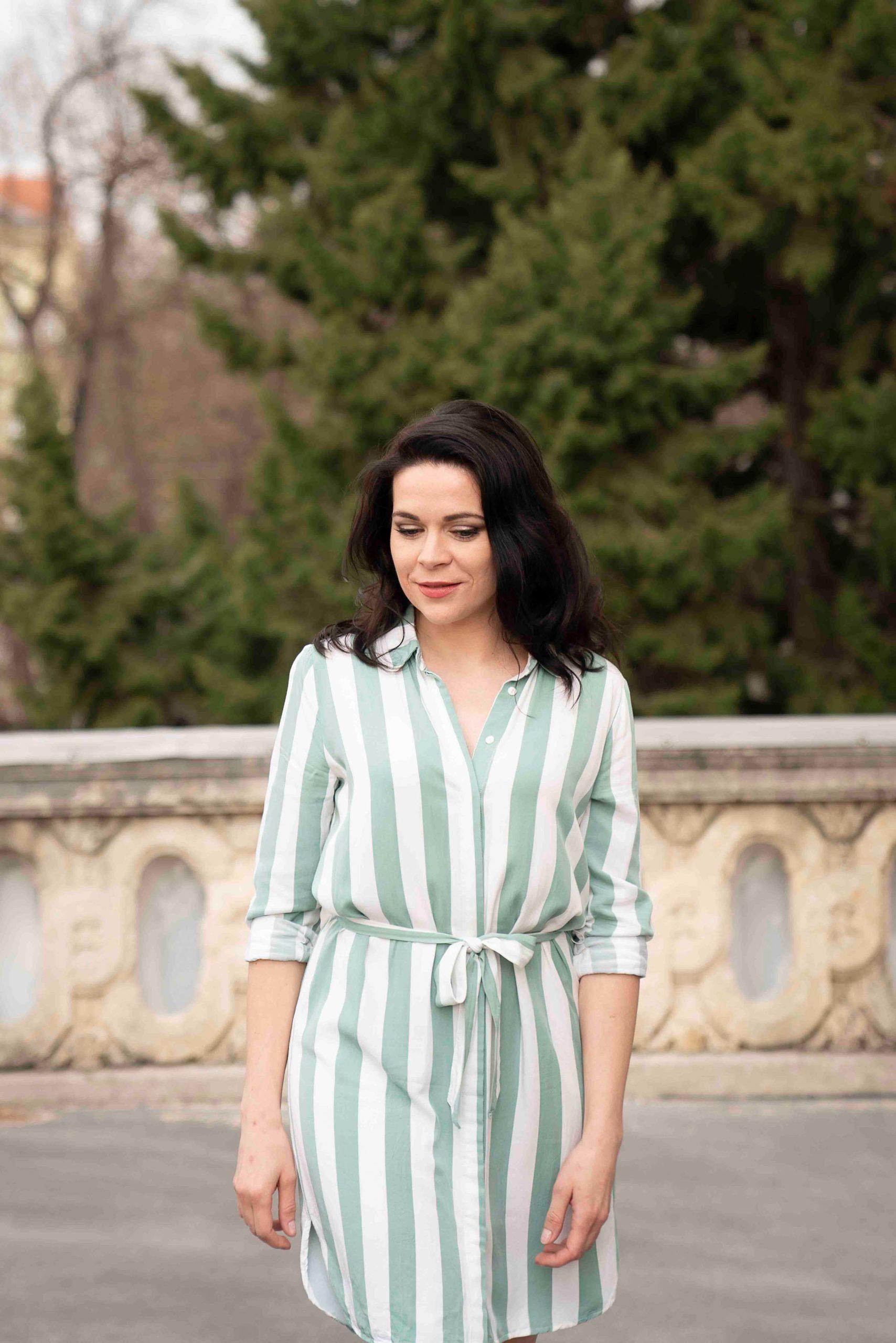 Aufnahme von Sieglinde Feldhofer in grün gestreiftem Kleid vor der Grazer Oper © Sara Sera