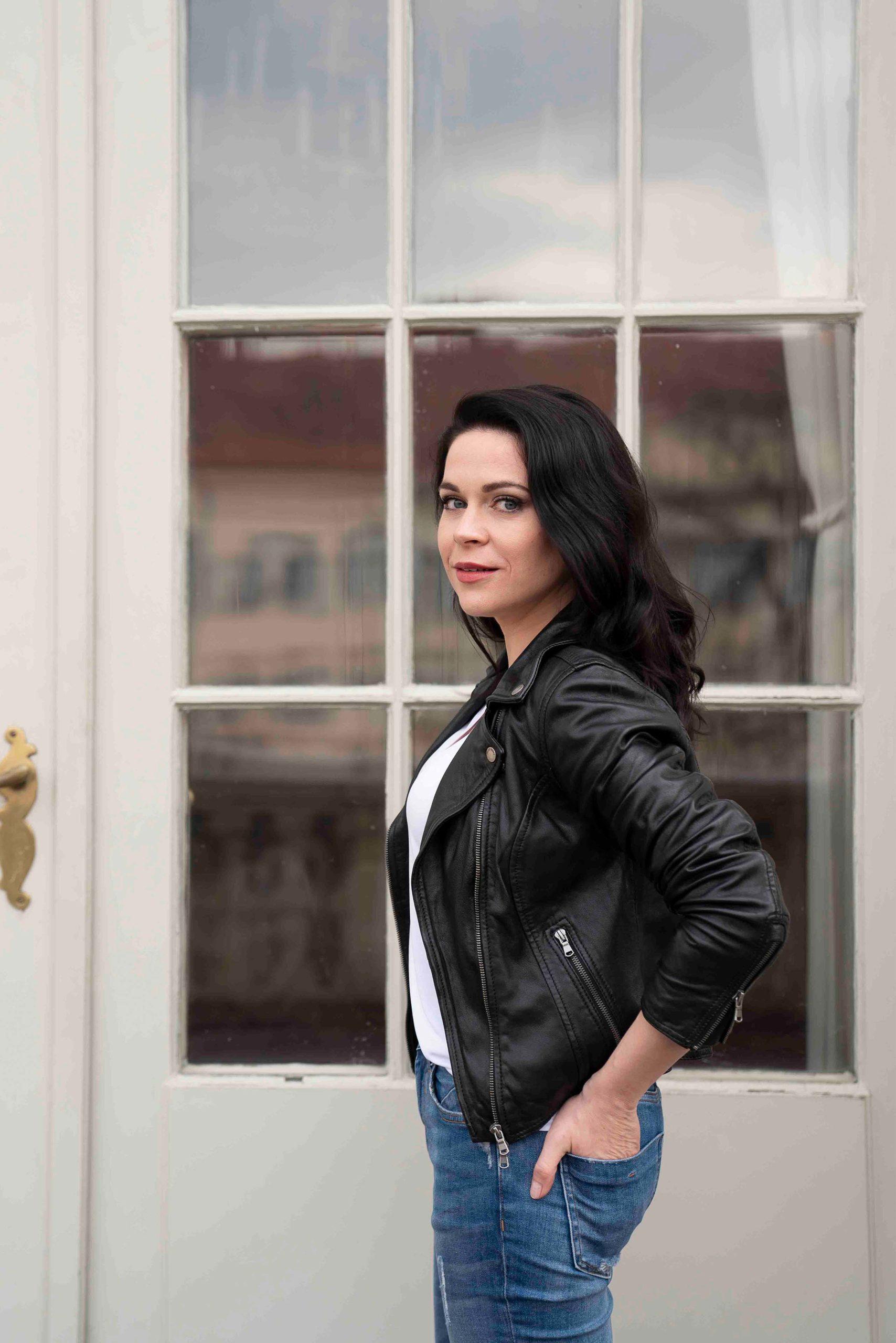 Sieglinde Feldhofer in lässigem Look auf dem Balkon der Oper Graz © Sara Sera