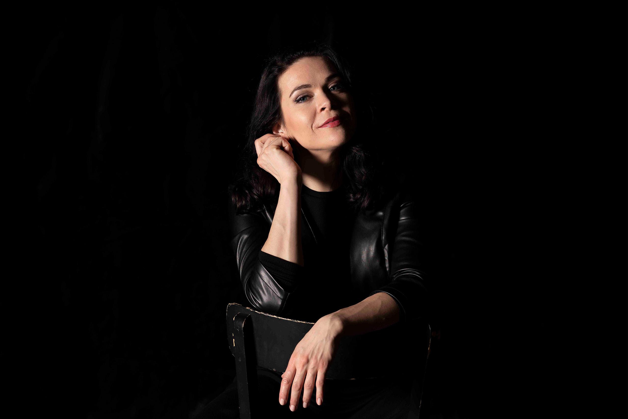 Portrait Sieglinde Feldhofer während eines Fotoshootings in der Grazer Oper © Sara Sera
