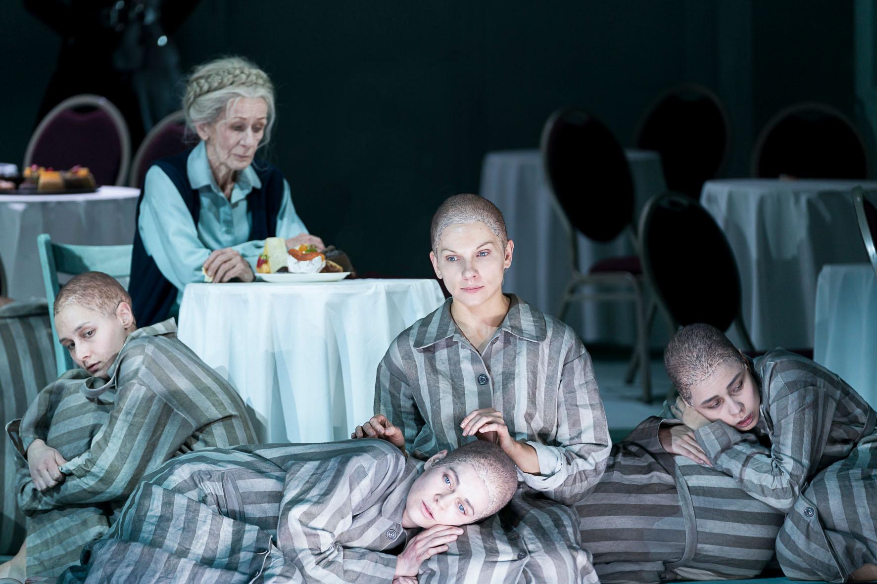Sieglinde Feldhofer in einer emotionalen Szene während der Oper die Passagierin in der Oper Graz © Werner Kmetitsch