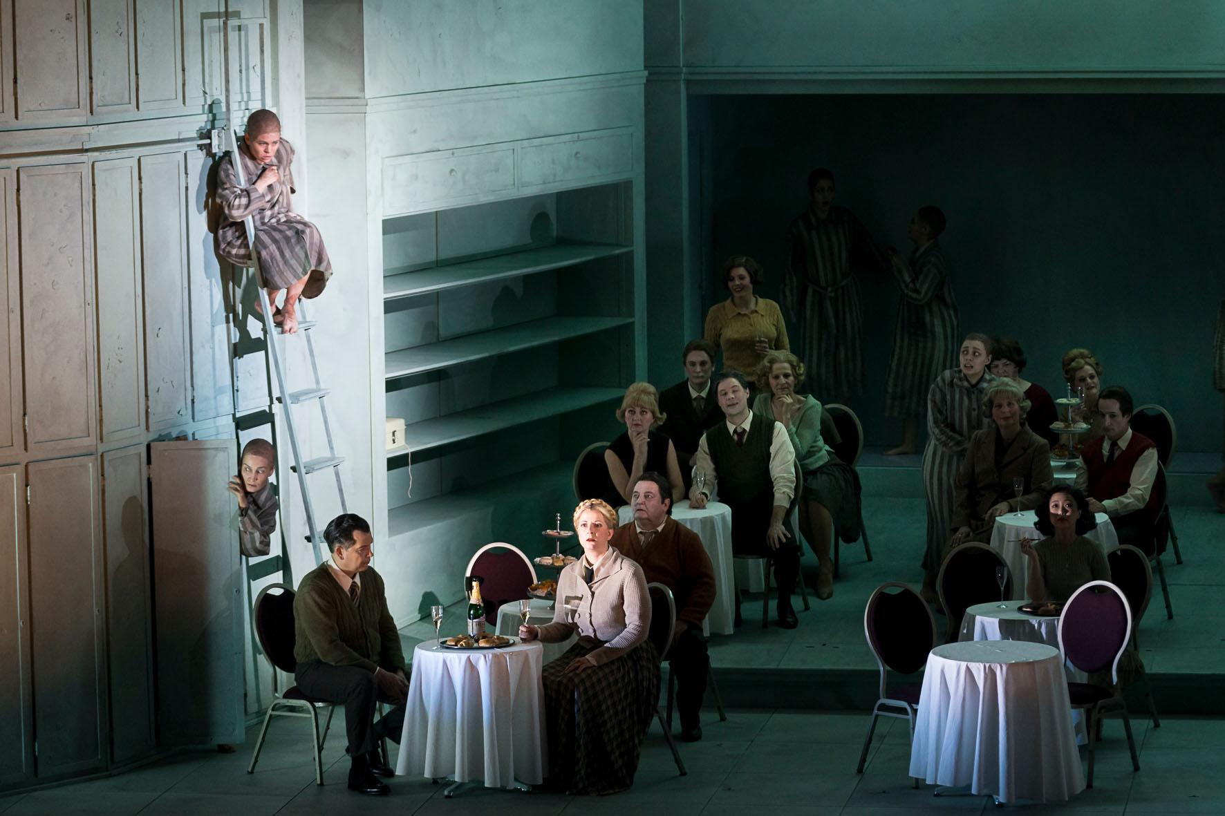 Sieglinde Feldhofer während ihres Auftritts in die Passagierin in der Oper Graz © Werner Kmetitsch