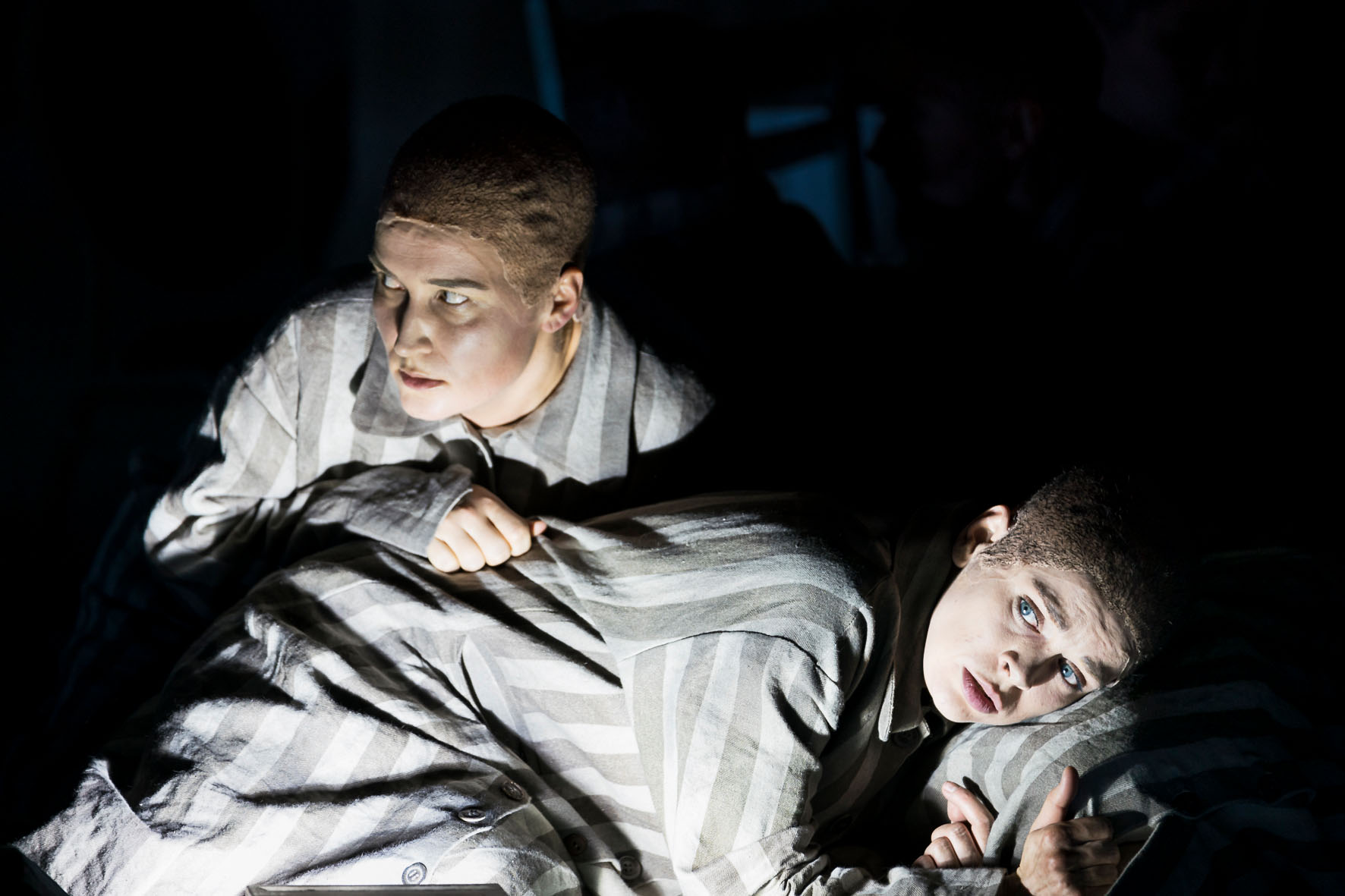 Sieglinde Feldhofer in einer expressiven Szene in die Passagierin in der Oper Graz © Werner Kmetitsch