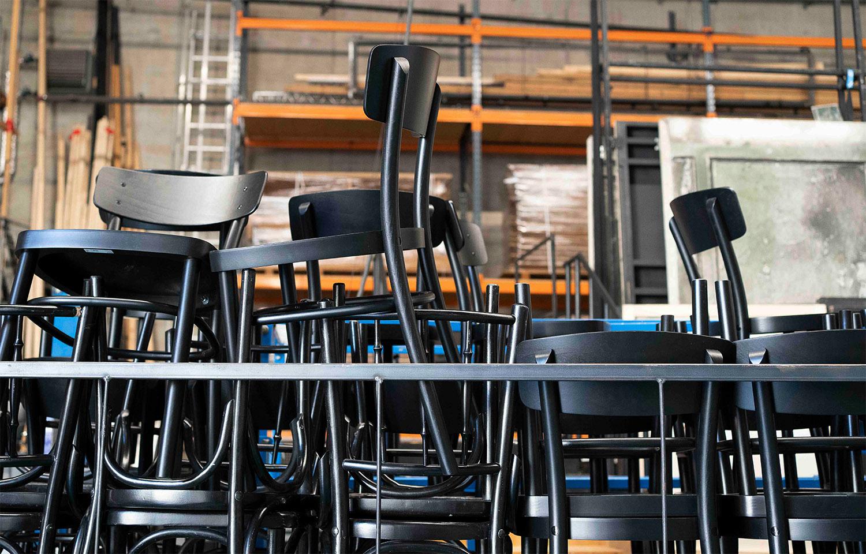 Gestapelte Stühle im Requisiten Lager der Grazer Oper