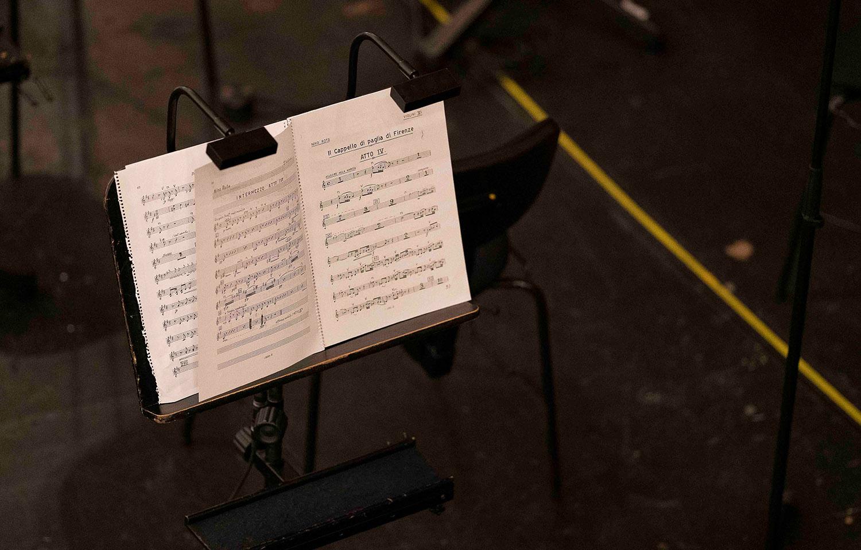 Notenständer mit Notenblatt im Orchester Bereich der Grazer Oper